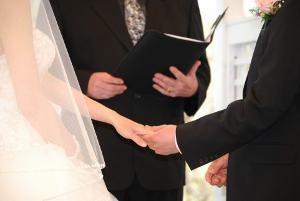 神父と牧師の違いは?ウェディングドレスで結婚式をする時は ...